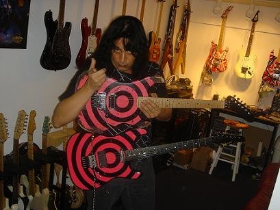 photo-eddie-ojeda-fingers-guitarist-twisted-sister-_38