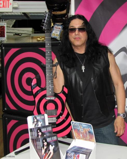photo-eddie-ojeda-fingers-guitarist-twisted-sister-_41