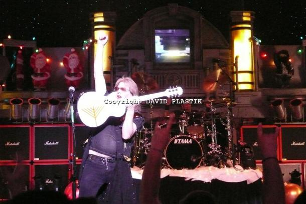 twisted-sister-live-twisted-christmas-photo--_36