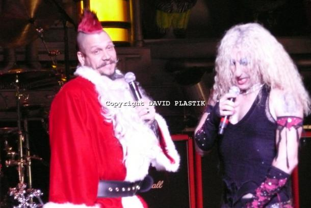 twisted-sister-live-twisted-christmas-photo--_60