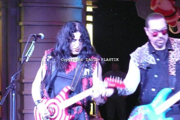twisted-sister-live-twisted-christmas-photo--_30