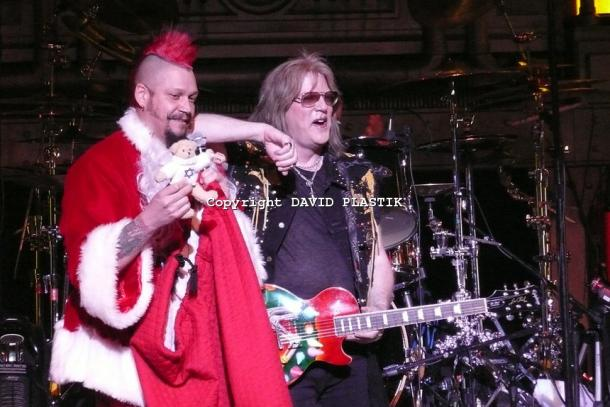 twisted-sister-live-twisted-christmas-photo--_59