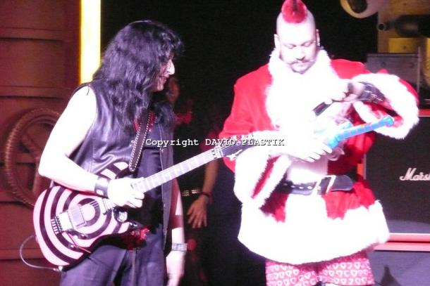 twisted-sister-live-twisted-christmas-photo--_56