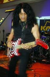 photo-eddie-ojeda-fingers-guitarist-twisted-sister-_47