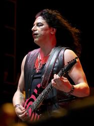 photo-eddie-ojeda-fingers-guitarist-twisted-sister-_4